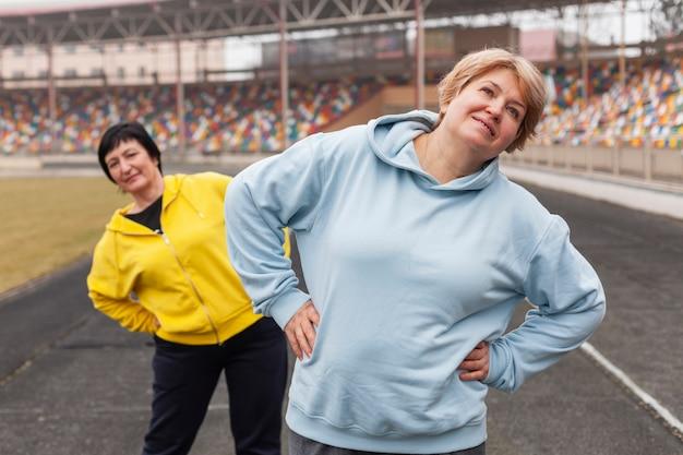Femmes âgées, étirage, Stade Photo gratuit