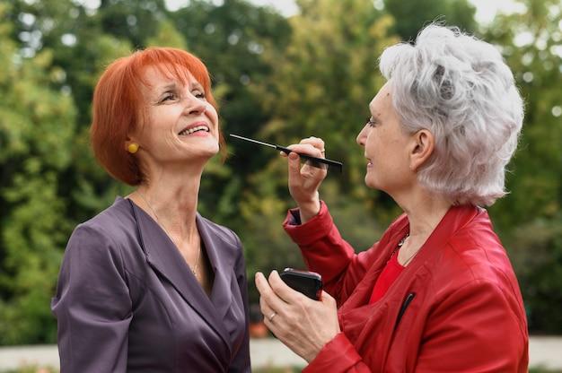 Femmes âgées avec maquillage en plein air Photo gratuit