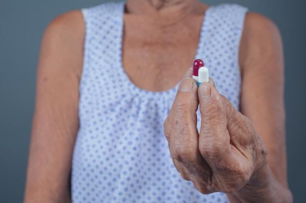 Les femmes âgées prenant des médicaments. Photo gratuit