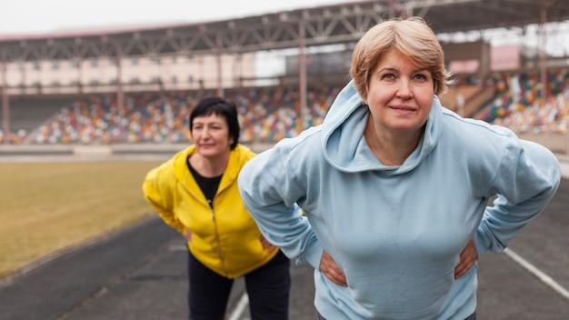 Femmes âgées Travaillant Photo gratuit