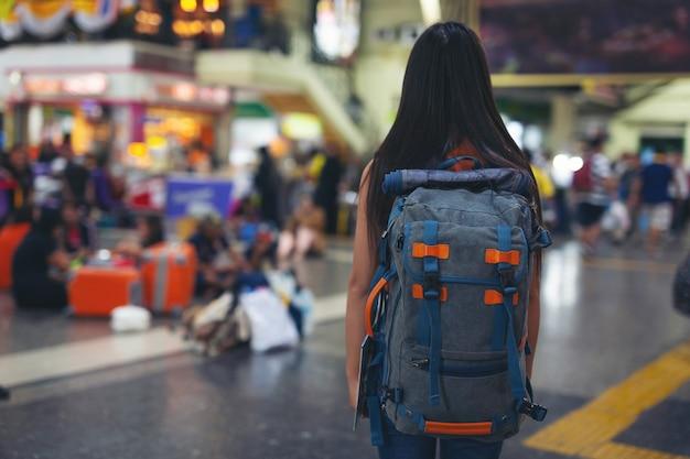 Les Femmes Aiment Voyager Sur La Carte Jusqu'à La Gare. Photo gratuit
