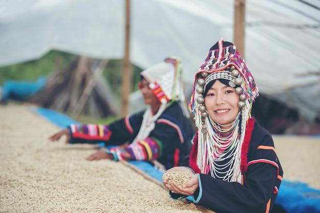 Les femmes akha ont souri et ont admiré le café Photo gratuit