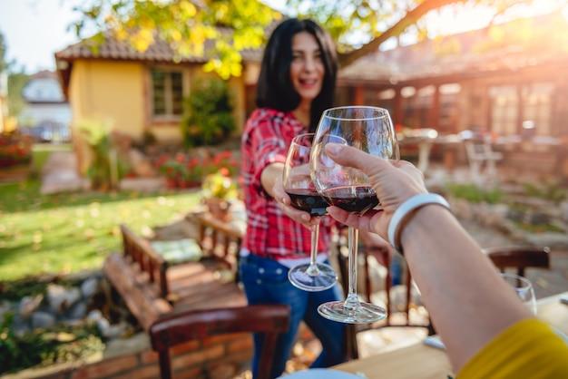 Femmes Amis Portant Un Toast Au Vin Rouge Photo Premium