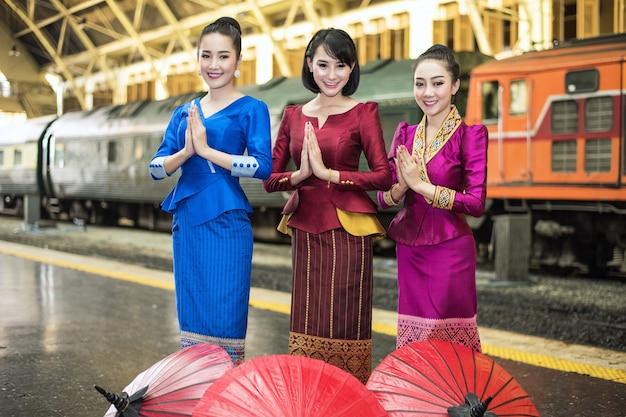 Femmes asiatiques bienvenues sawasdee avec costume traditionnel, concept de voyage Photo Premium