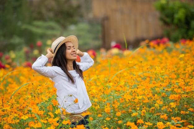 Femmes asiatiques dans la ferme de fleur jaune Photo gratuit
