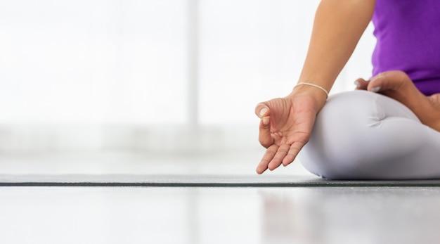 Les Femmes Asiatiques Font Du Yoga Pour Une Bonne Santé Et Une Bonne Forme. Photo Premium