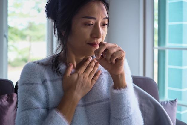 Les femmes asiatiques ont l'angine de poitrine, une forte fièvre et une toux chronique. Photo Premium