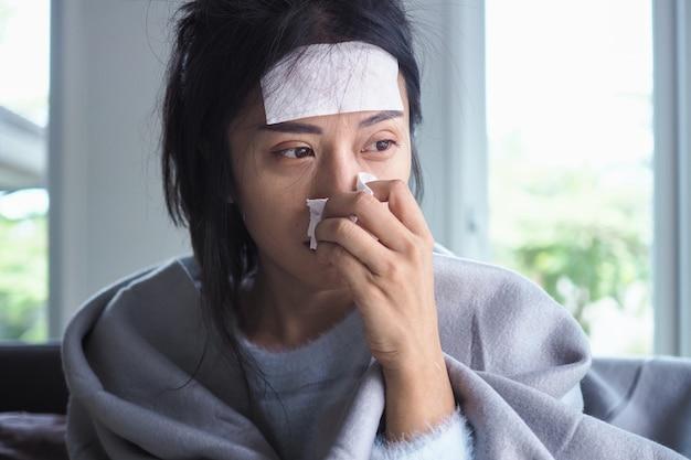 Les femmes asiatiques ont une forte fièvre et le nez qui coule. concept de personnes malades Photo Premium