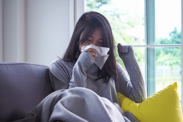 Les femmes asiatiques ont une forte fièvre et le nez qui coule. malade Photo Premium
