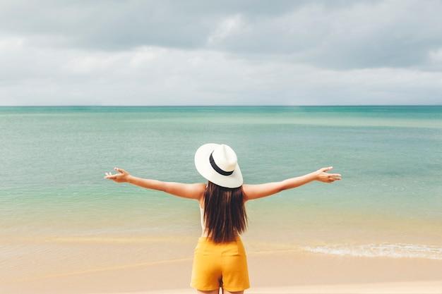 Femmes asiatiques se détendre en vacances d'été sur la plage Photo Premium