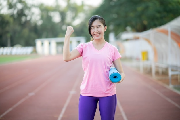 Les Femmes Asiatiques Tenant Des Tapis De Yoga Vont Faire Du Yoga Au Parc Pour Rester En Bonne Santé Et être En Forme. Photo Premium