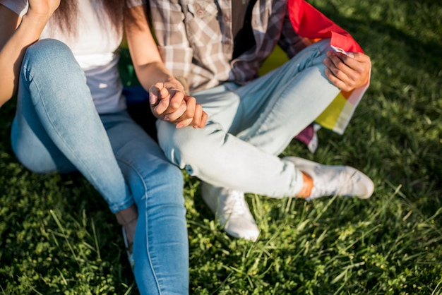 Femmes assises sur l'herbe ensemble Photo gratuit