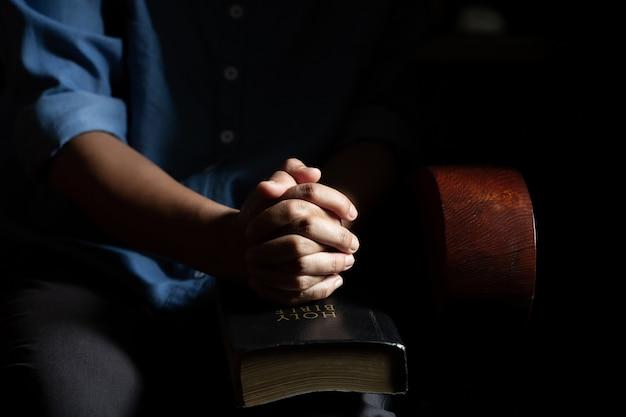 Femmes assises en prière à la maison Photo gratuit