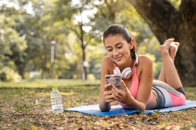 Des Femmes Assises Avec Sourire Heureux Et écoutant De La Musique Dans Le Parc Pour Se Détendre Photo Premium