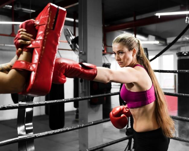 Femmes Athlétiques S'entraînant Ensemble Photo gratuit