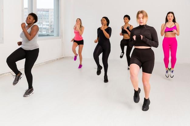 Femmes au cours de conditionnement physique Photo gratuit
