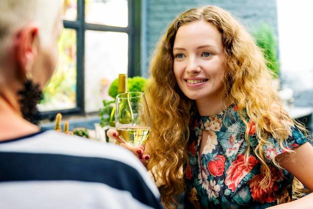 Femmes ayant du vin ensemble Photo Premium