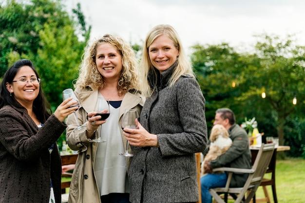 Femmes buvant du vin ensemble Photo gratuit