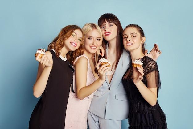 Les femmes célèbrent une fête en s'amusant manger des gâteaux Photo Premium