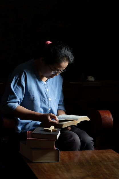 Des femmes chrétiennes lisent les écritures à la maison Photo gratuit