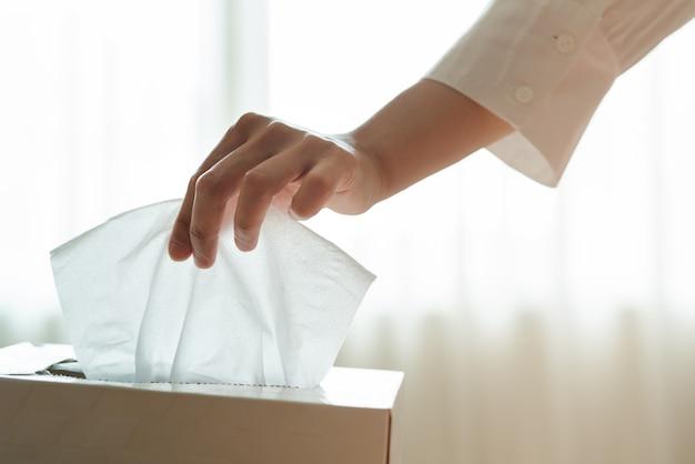 Des femmes cueillent une serviette / un papier de soie dans la boîte Photo Premium