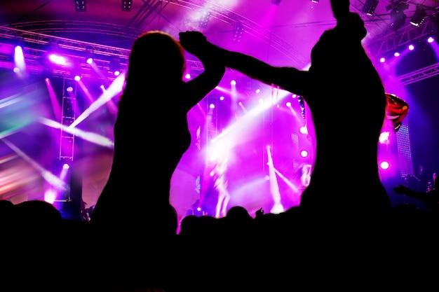 Des femmes dansent lors d'un concert Photo gratuit