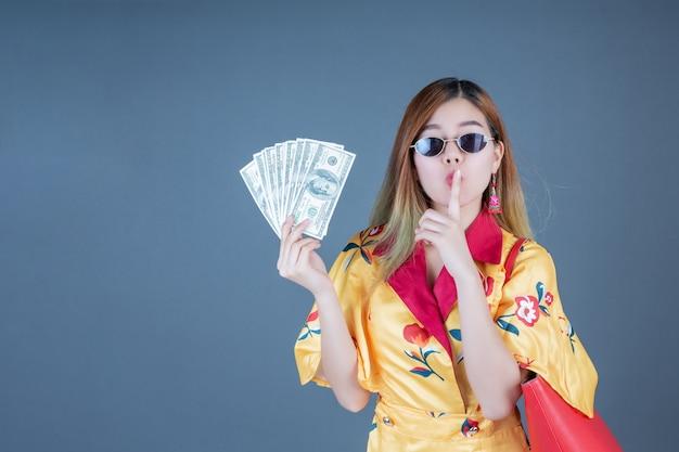 Femmes détenant des cartes à puce et de l'argent. Photo gratuit