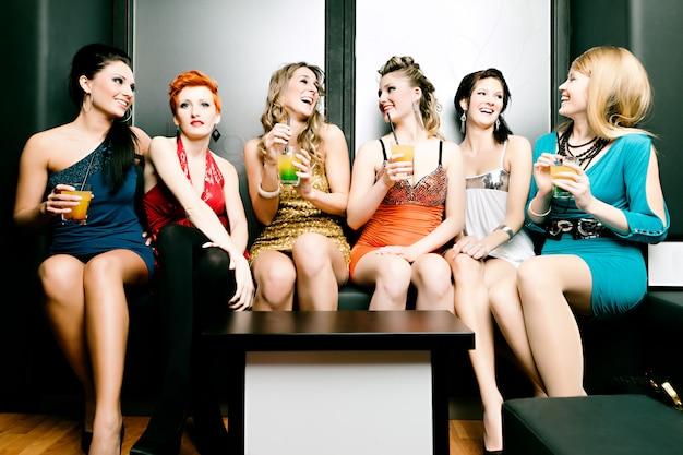 Femmes en discothèque ou disco buvant des cocktails Photo Premium