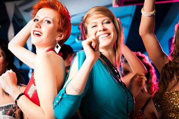 Femmes en discothèque ou en disco Photo Premium
