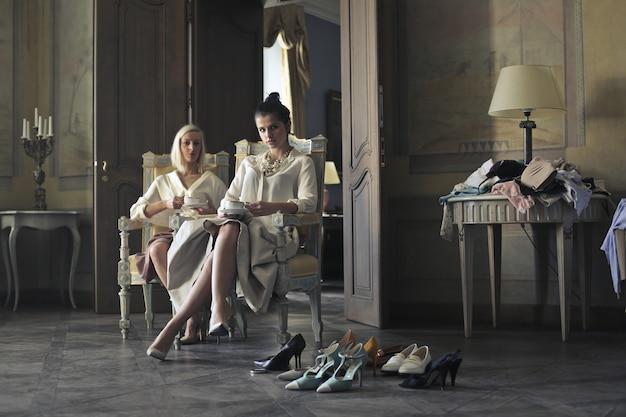 Femmes élégantes Dans Un Intérieur Luxueux Photo Premium