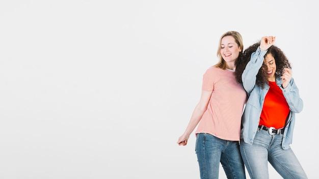 Femmes élégantes dansent ensemble Photo gratuit