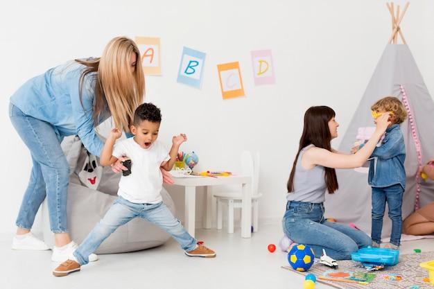 Femmes Et Enfants Jouant à La Maison Photo gratuit