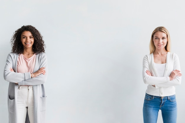 Femmes Ethniques Et Blondes Confiantes Photo gratuit