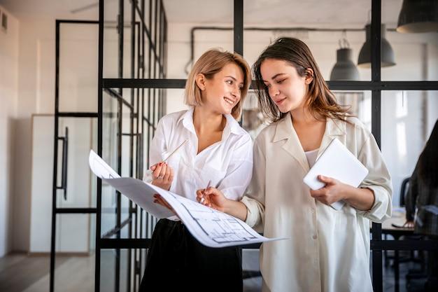 Femmes à Faible Angle Vérifiant Les Résultats De L'entreprise Photo gratuit
