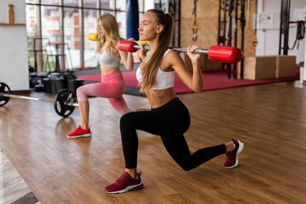 Femmes faisant de l'exercice au gymnase Photo gratuit