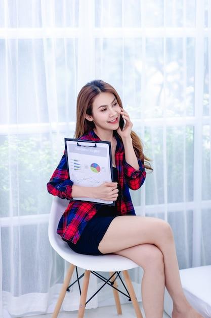 Femmes et graphique graphique des affaires Photo Premium