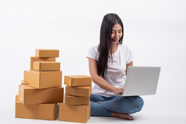 Des femmes heureuses qui commandent des produits à des clients et à des propriétaires d'entreprise qui travaillent à la maison sur un fond blanc Photo gratuit