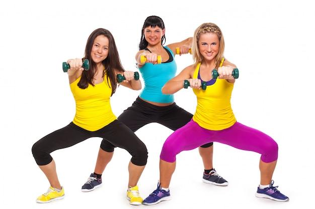 Femmes heureuses en vêtements de fitness avec haltères Photo gratuit