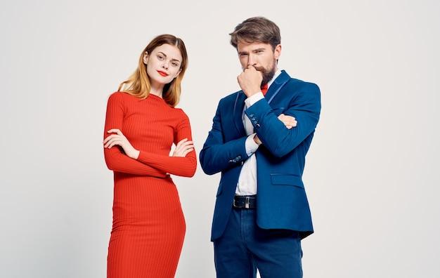 Femmes Et Hommes Sur Un Fond Clair Gesticulant Avec Des Mains Costume Publicitaire Photo Premium