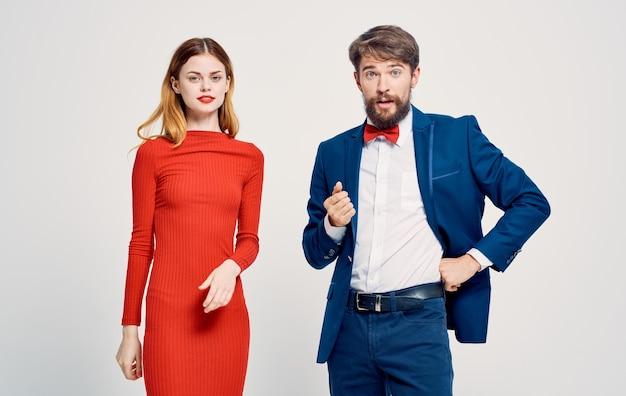 Femmes Et Hommes Sur Un Léger Gesticulant Avec Un Costume Publicitaire Mains. Photo Premium