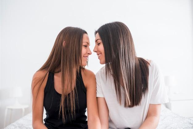 Femmes homosexuelles réunies s'embrasser à la maison Photo gratuit