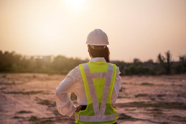 Les Femmes Ingénieurs Travaillent à La Création De Sites Web. Photo Premium