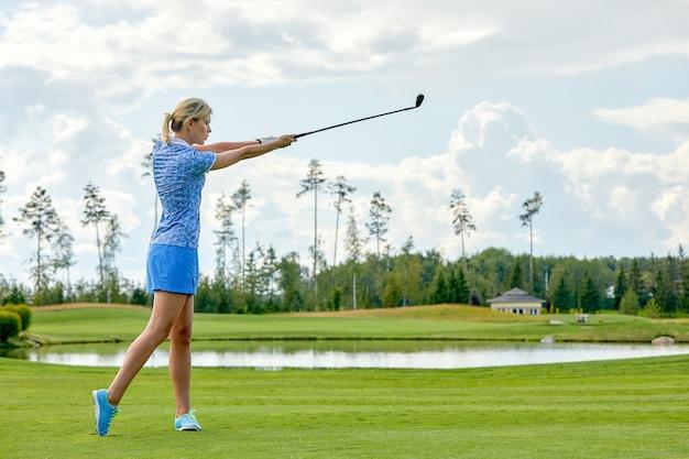 Femmes jouant au golf avec équipement de golf sur champ vert Photo Premium