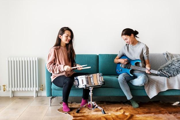 Femmes jouant de la musique ensemble à la maison Photo Premium