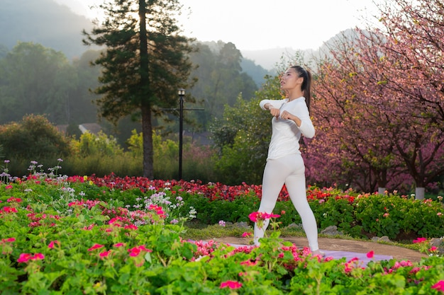 Les femmes jouent au yoga au parc Photo gratuit