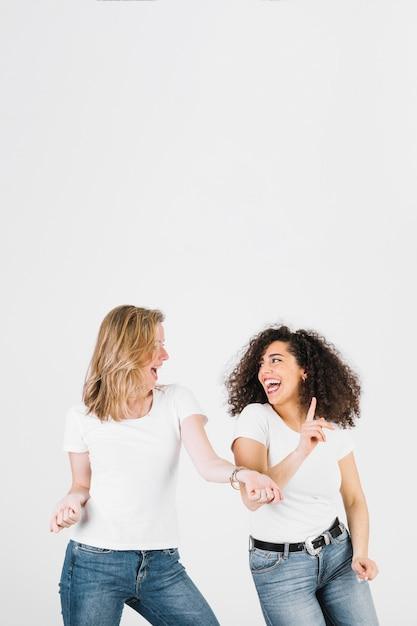 Femmes joyeuses dansent ensemble Photo gratuit