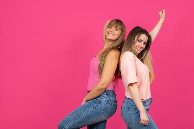 Femmes ludiques debout à l'arrière Photo gratuit