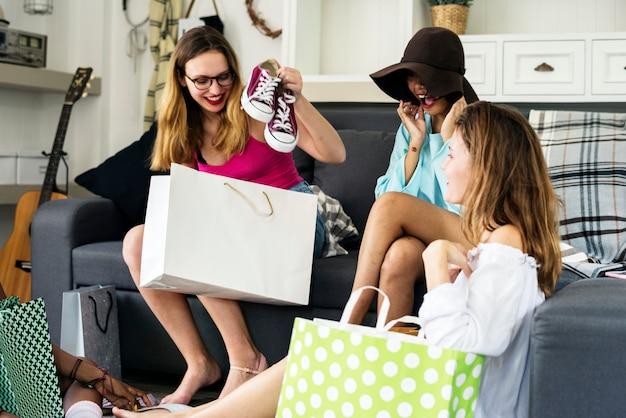Femmes montrant des amis shopping chaussures Photo Premium