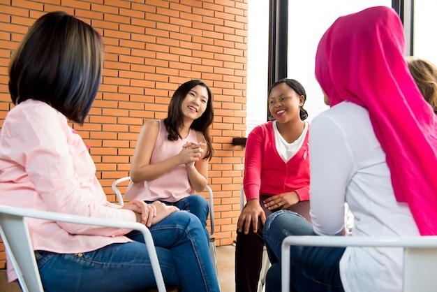 Femmes multiethniques occasionnelles, assises en cercle et parlant lors de la réunion Photo Premium