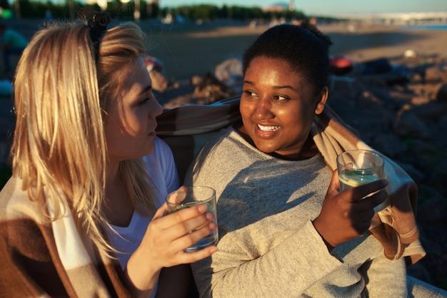 Femmes Multiraciales Buvant Sur La Fête Photo gratuit